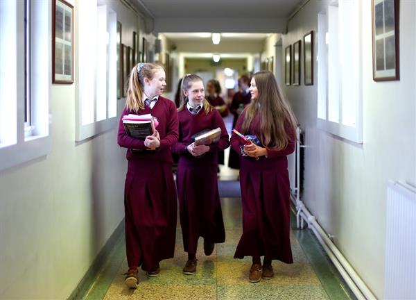 Éide Scoile & Culaith Spóirt / School Uniform & Sports Wear